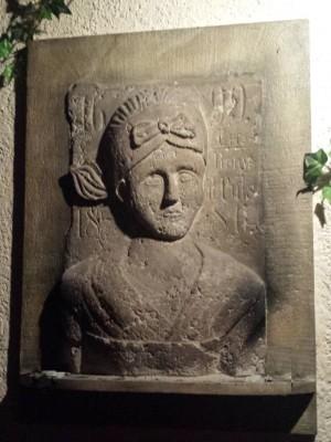 original Sandsteinrelief der Schönen Magd